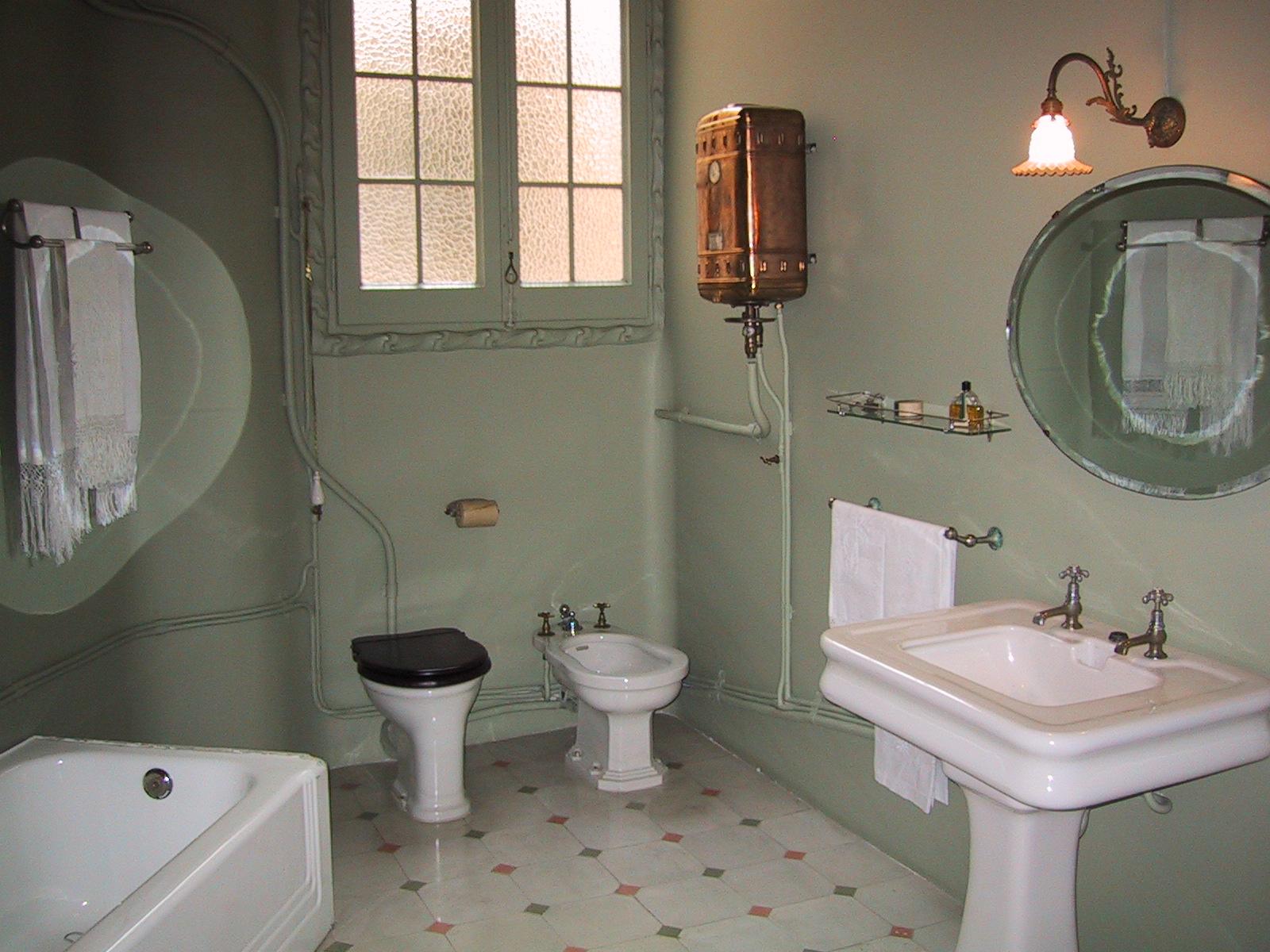 Разорвали стену в туалете 1 фотография