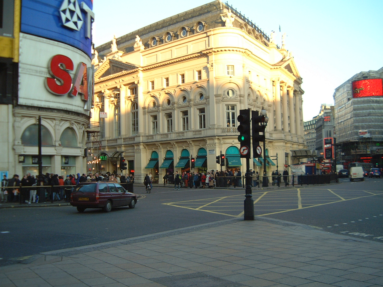 maartent london city piccaddilly circus traffic cars buildings