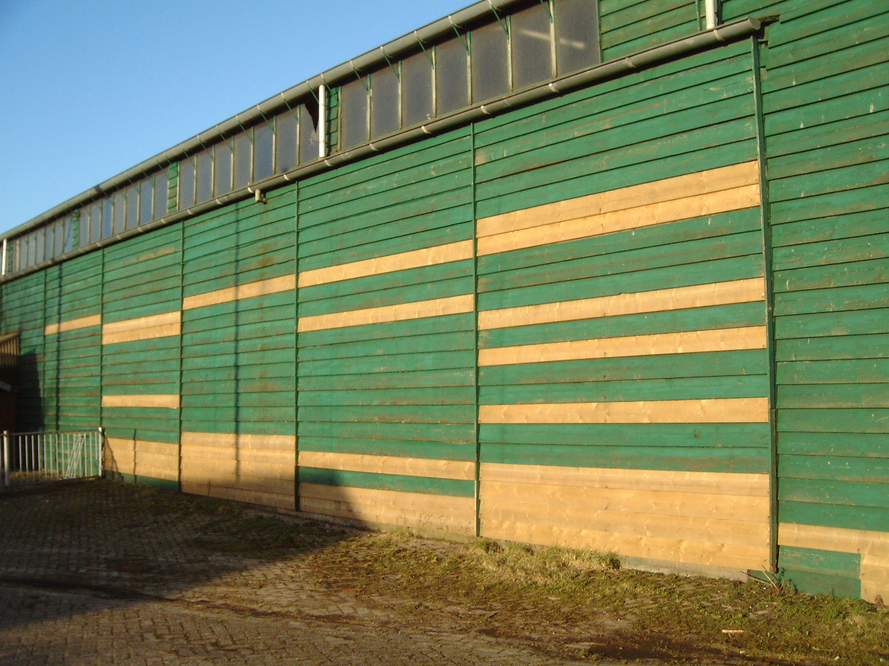 maartent shed wall planks building green wood stables