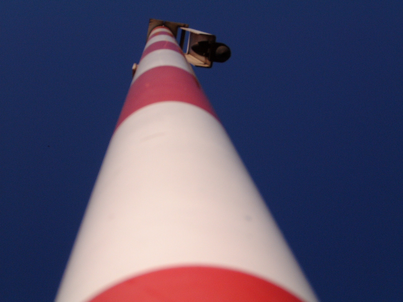 maartent pole red white striped