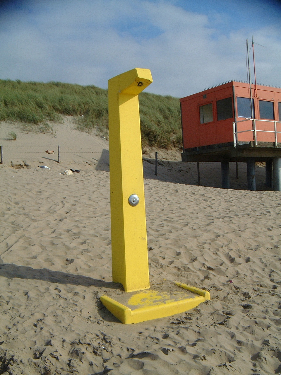 maartent yellow pole on beach with no clear purpose