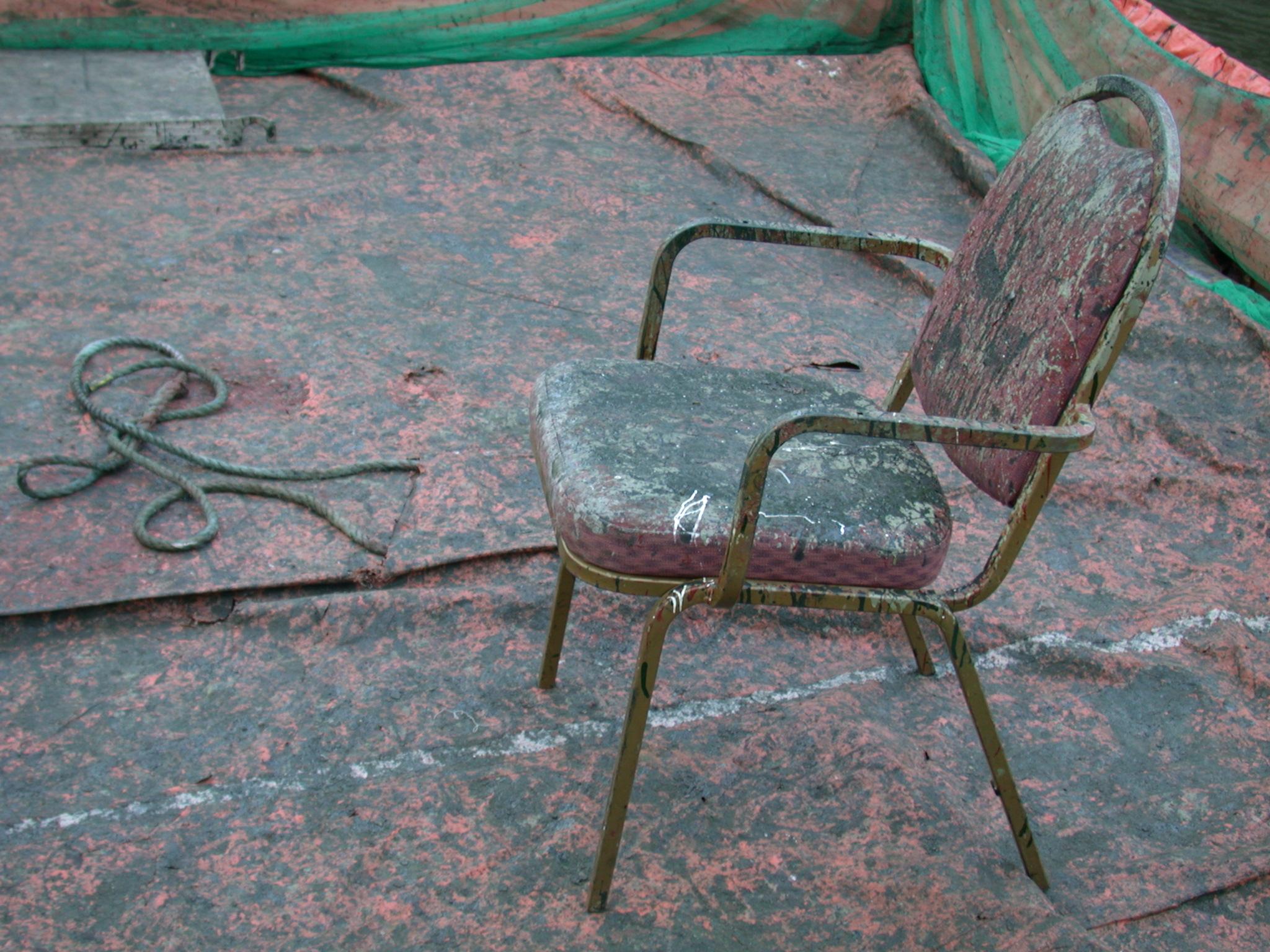 cadeira muito velha suja