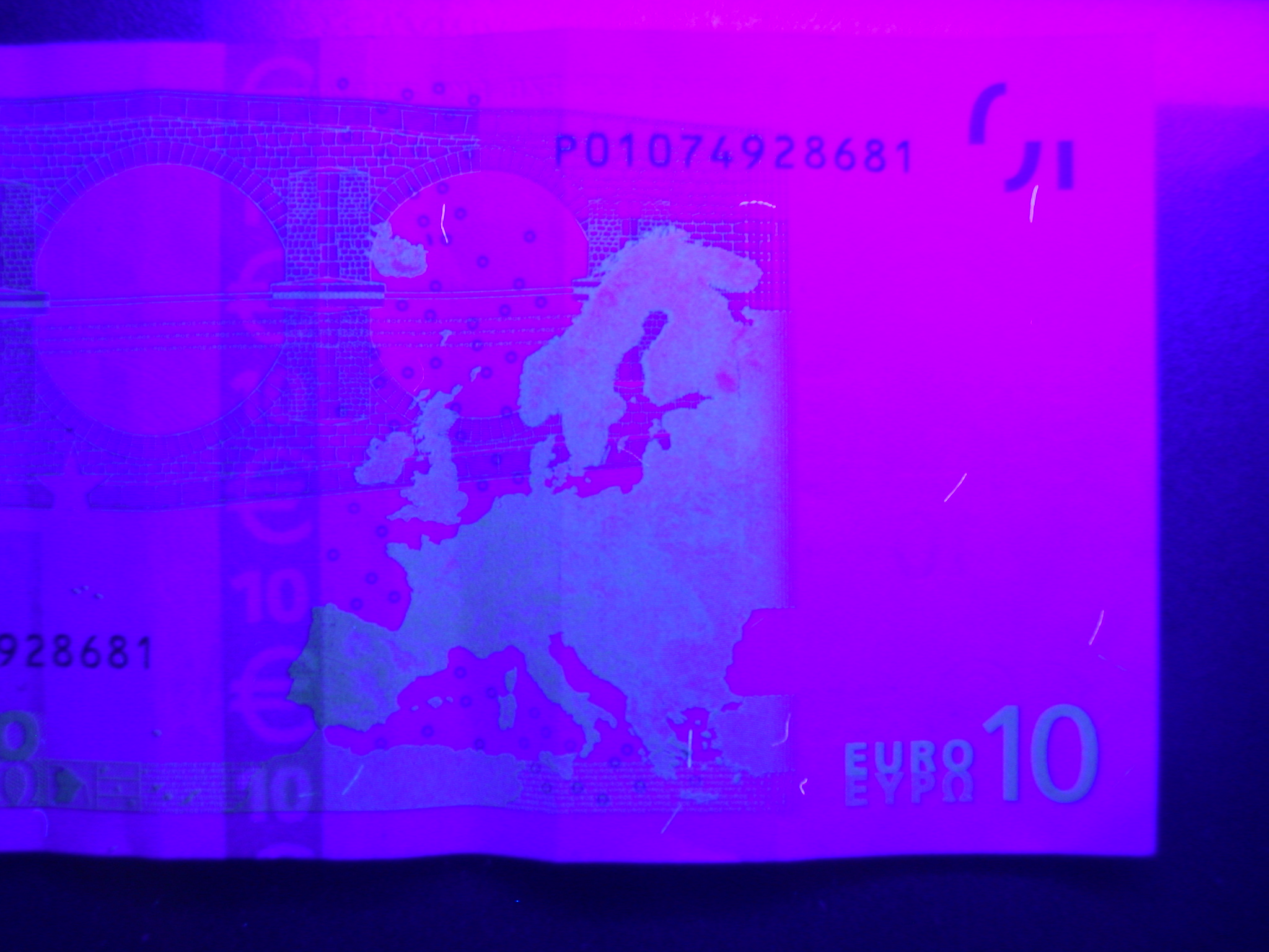 ultra violoet light on a euro banknote
