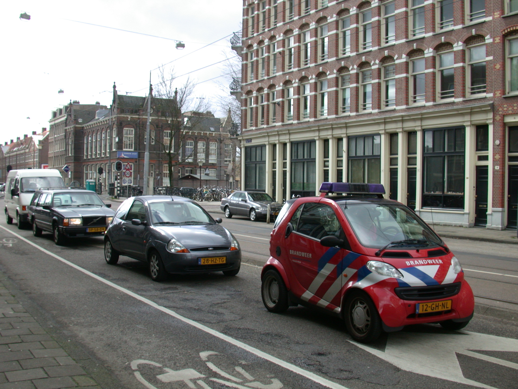 car cars red stripes waiting in line traffic lights brandweer smart kia