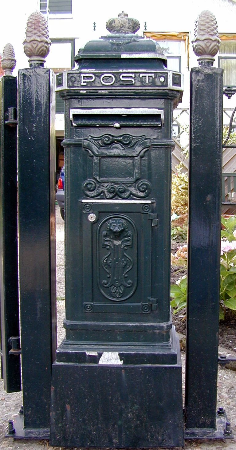 postbox box post mail mailbox metal darkgreen green dark-green antique typo typography p o s t queen elizabeth crown pineapple