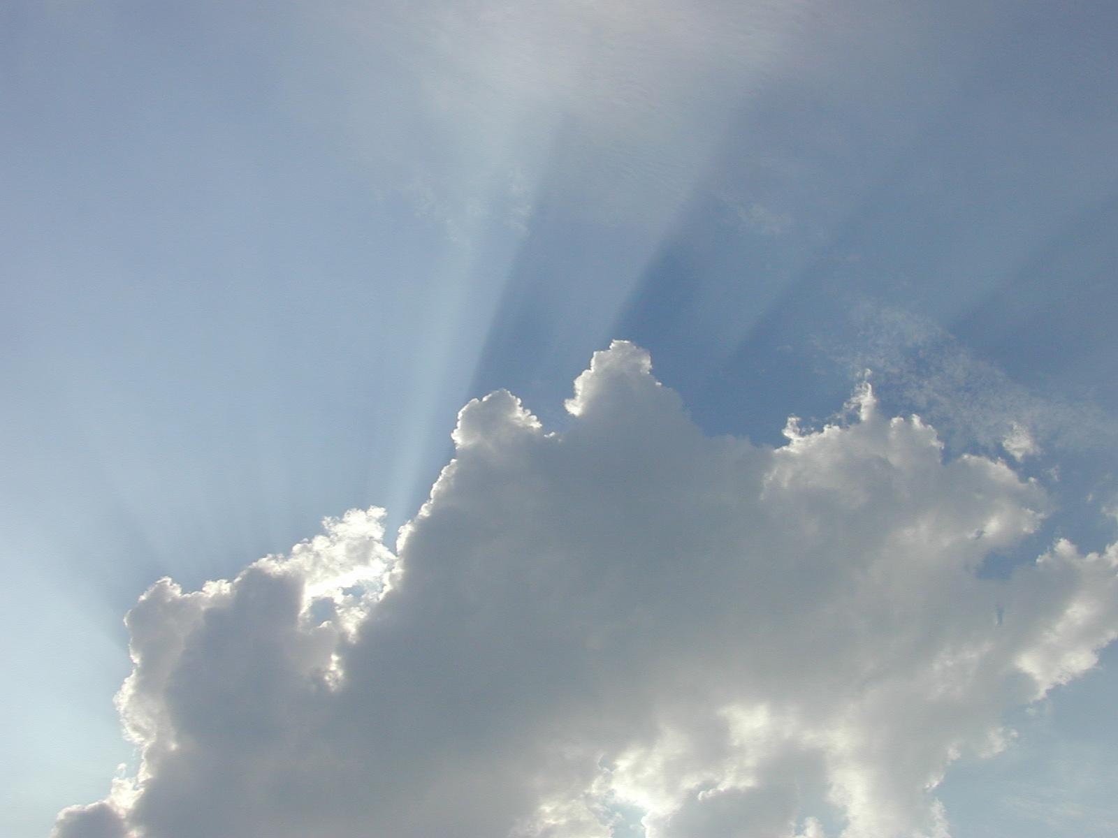 nuvens raios de sol luz céu azul iluminação volumétrica