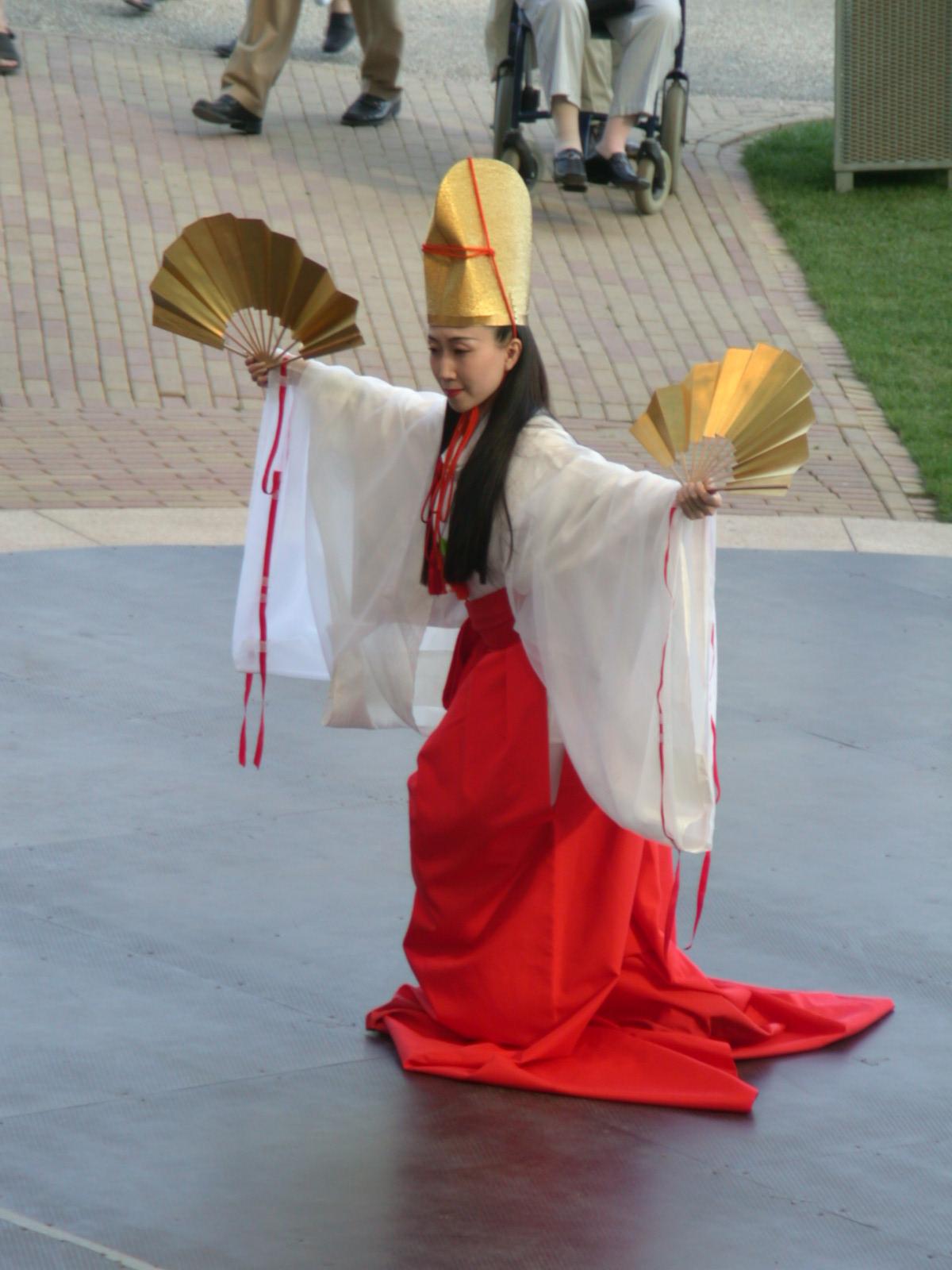 japanes dancer human woman humanoid dress hat gold golden performance textures