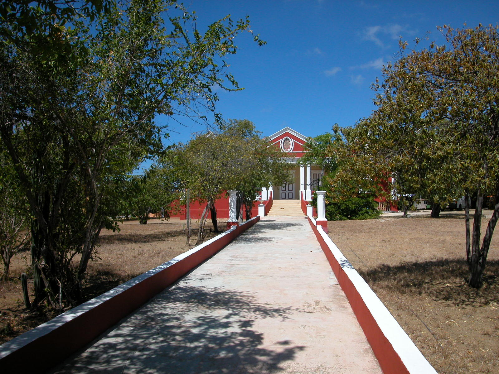 colony colonial pantation path long straight red decorative country house mansion
