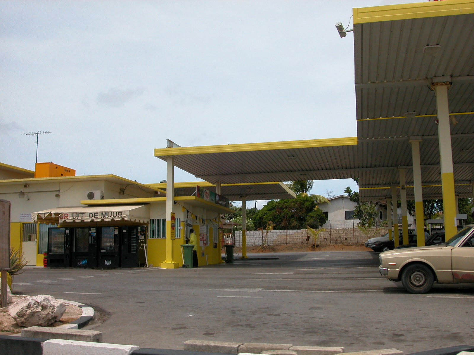 jacco uit de muur gas station yellow painted