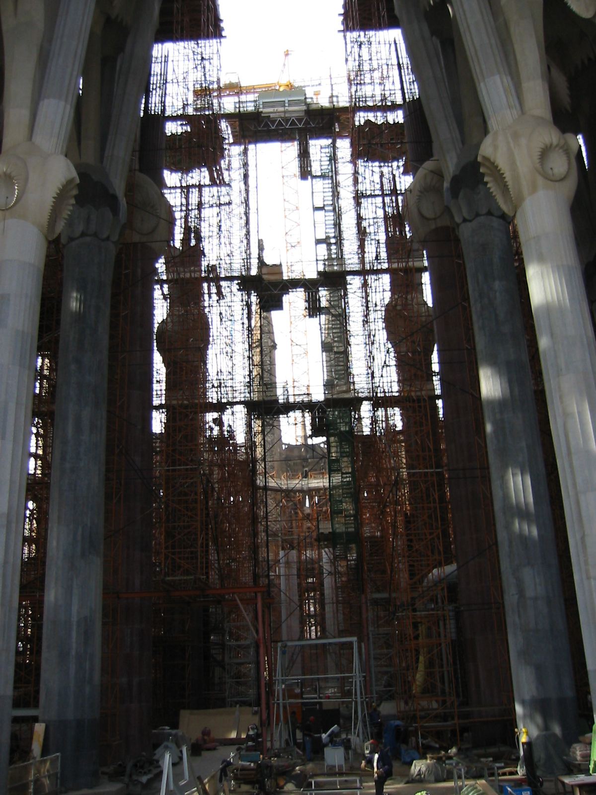 architecture interiors buildingsite scaffold scaffolding scaffolds crane cathedral barcelona barcalona goudi