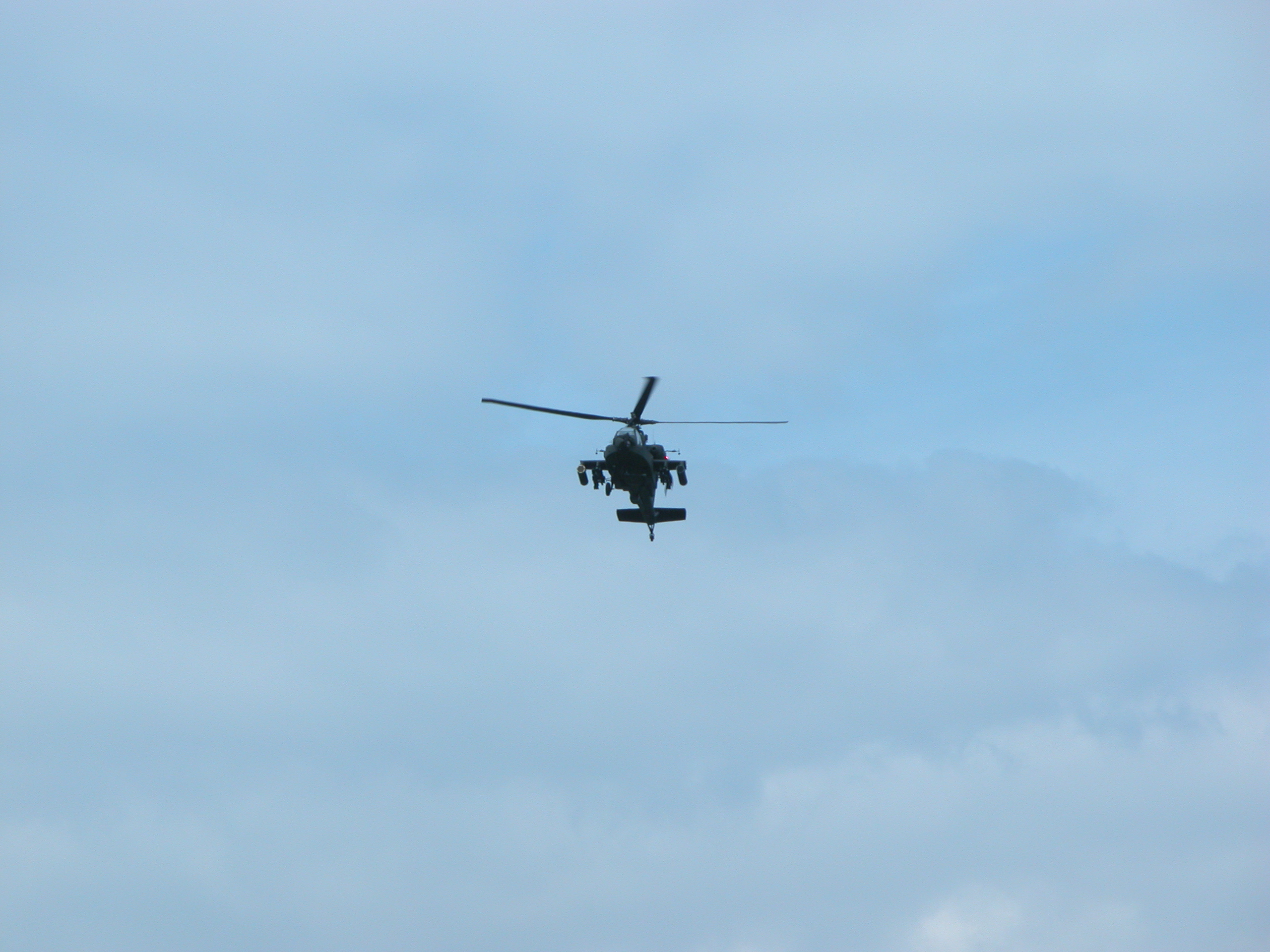 Apache ah-64 attack helichopter militairy chopper sky